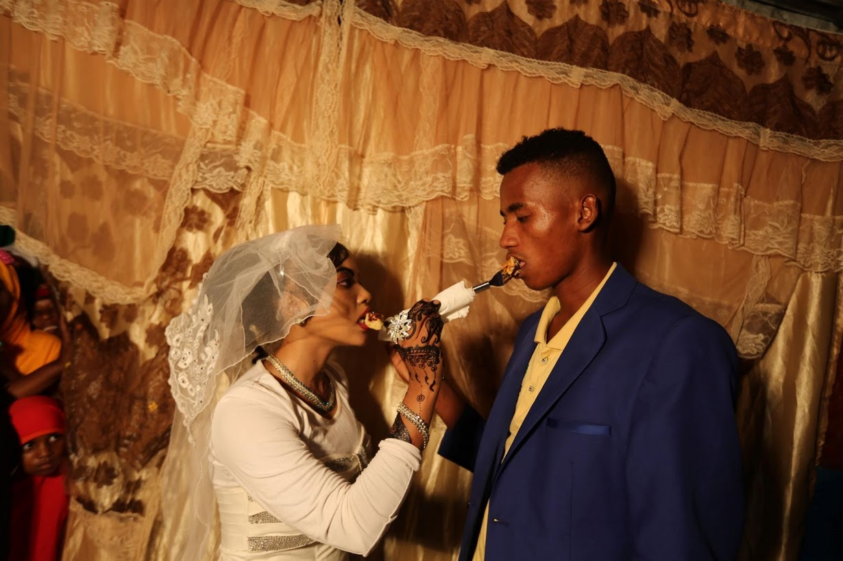 3. «Мы любим друг друга уже давно», говорит 20-летний Нур. «Я не мог позволить себе построить дом и организовать свадьбу. Мне помогла моя мама, за что ей огромное спасибо».