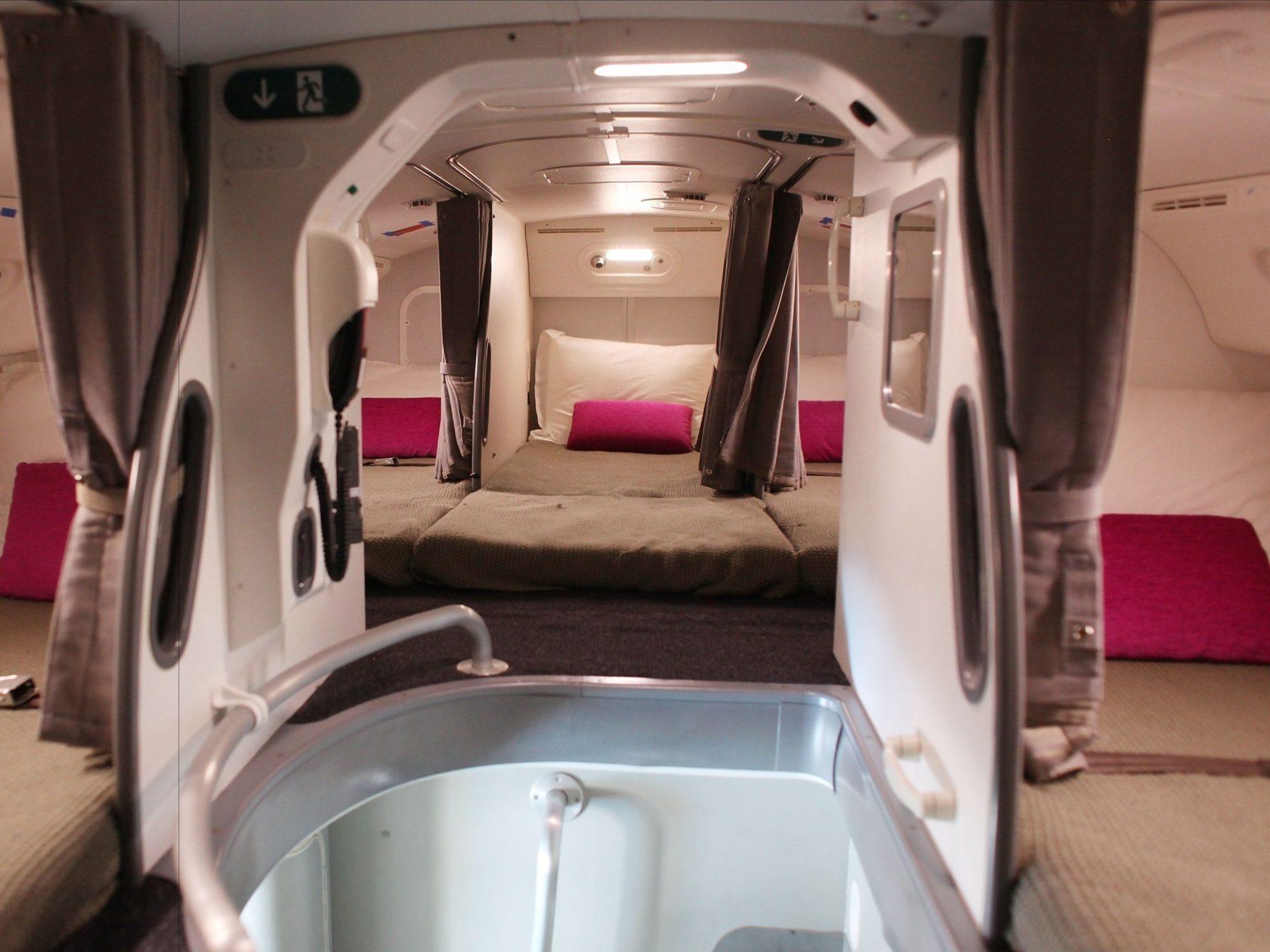 1. В комнате для экипажа достаточно ограниченное пространство, но тем не менее в ней есть все необходимое, чтобы немного вздремнуть.