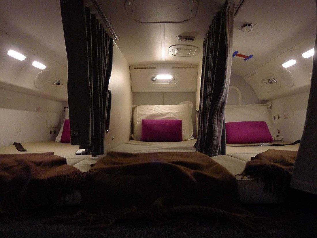 2. Спальные места разделены шторами. Комната не имеет иллюминаторов. Каждая секция имеет свое освещение.