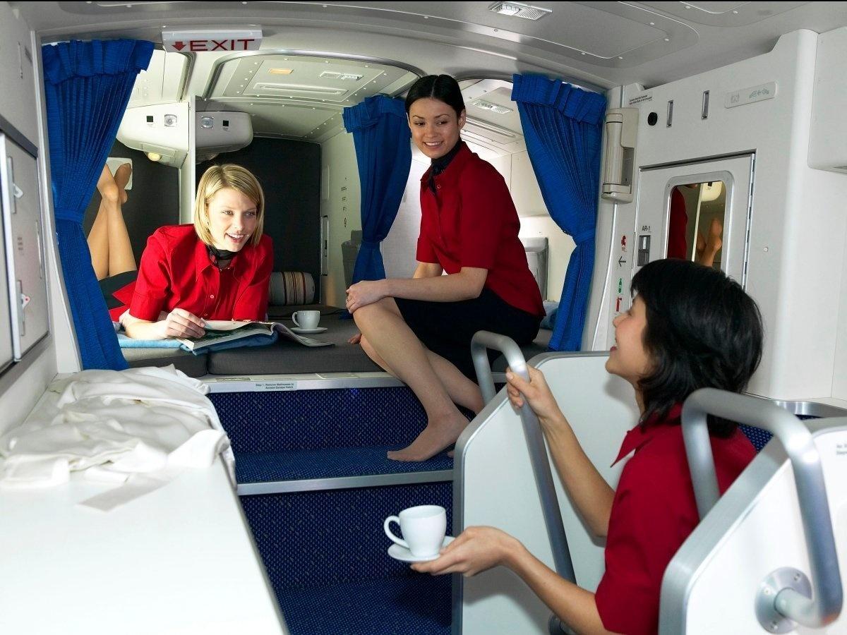7. Стюардессы могут спокойно перевести дух и выпить чаю. На фото комната в самолете Boeing 777.