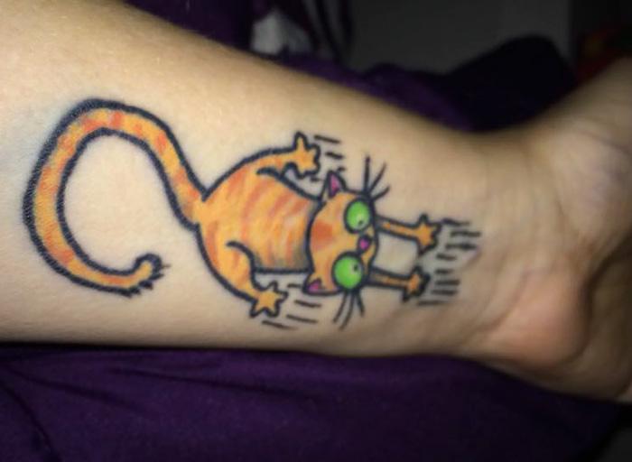 6. Шрам оставленный кошкой и соответствующая к нему татуировка.