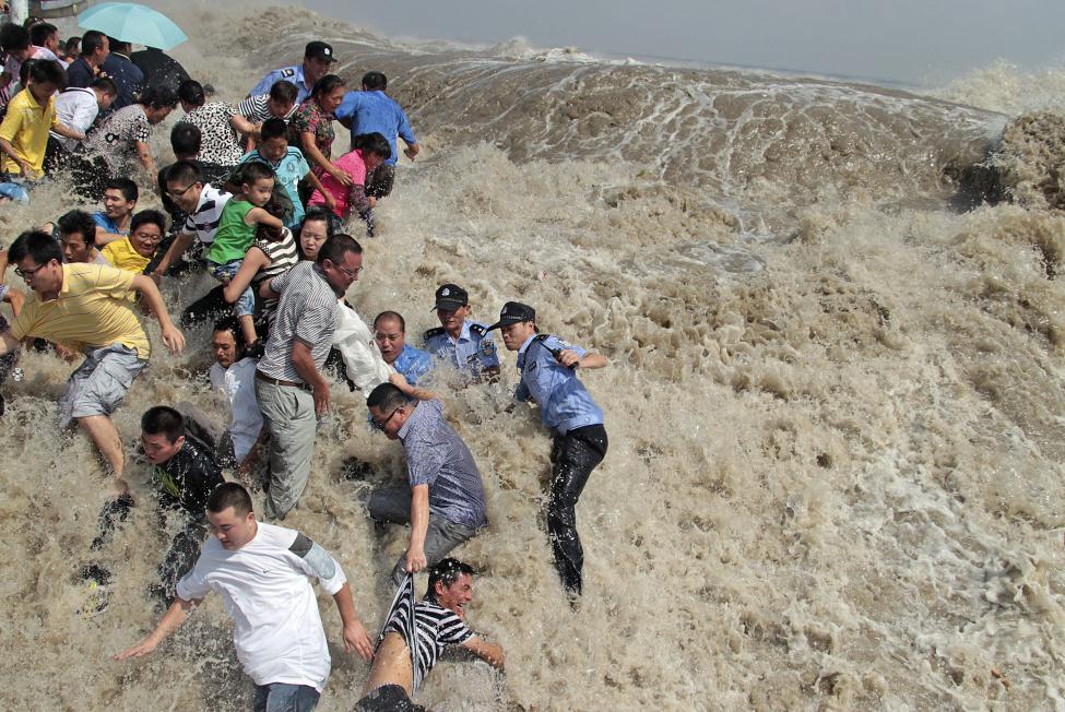 9. Волны на реке Цяньтан в Китае, вызванные тайфуном Нанмадол в 2011 г.
