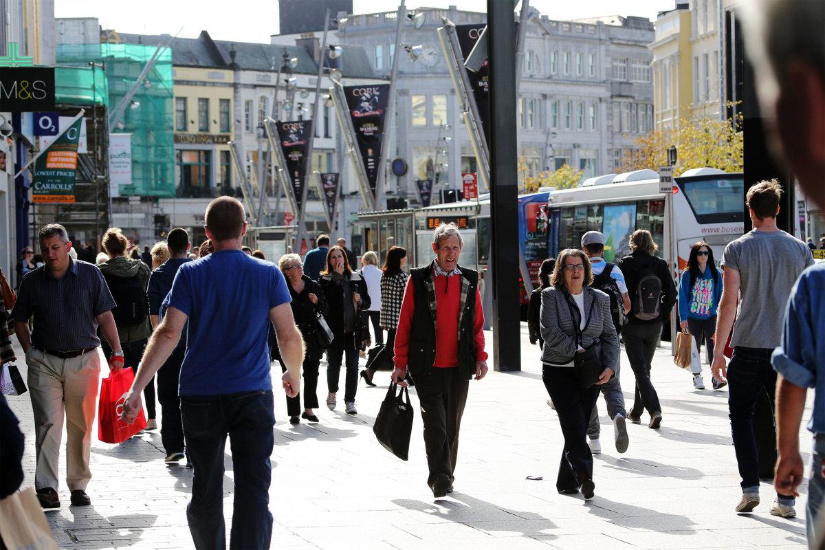 7. Днем на улицах Корка много народу. Расположенная в южной части Ирландии, Корк является домом для европейской штаб - квартиры компании Apple.