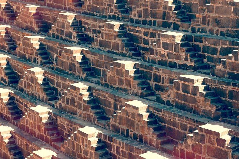 12. Некоторые полагают, что колодец был построен для сбора вод с поверхностных стоков. Раджастхан – довольно сухое место и каждая капля воды здесь ценится на вес золота.