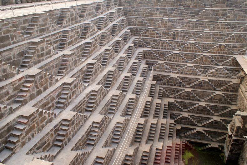 2. Внешне Чанд Баори представляет собой невероятную квадратную структуру состоящую из 13 ярусов соединенных лестничными пролётами вдоль стен, насчитывающими 3500 симметрично расположенных друг к другу ступеней, которые ведут на самое дно, на 22-метровую глубину.