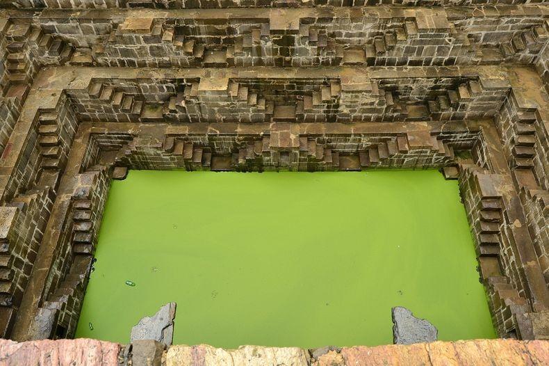 5. Зеленая мутная вода на дне колодца свидетельствует о том, что колодец в качестве источника воды для населения больше не используется.