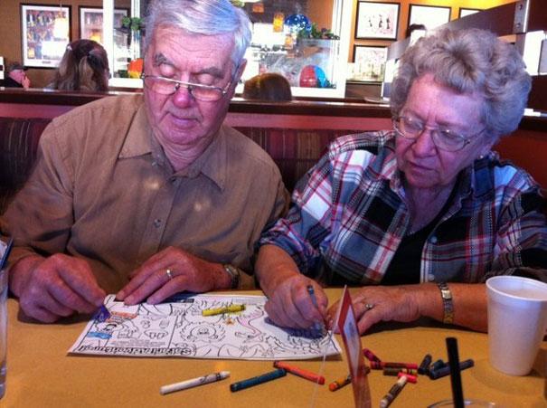 10. Пара раскрашивает рисунки в ожидании обеда.