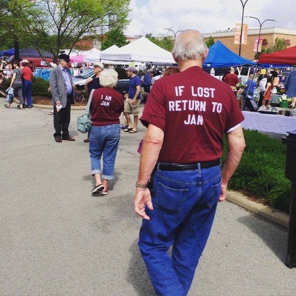 6. Надпись на его футболке: «Если потеряюсь – верните меня Джейн». Надпись на ее футболке – «Я Джейн»