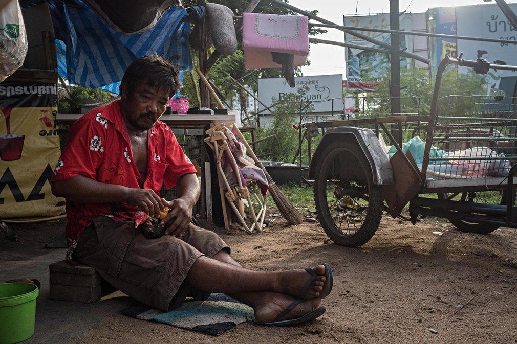 5. Этот мужчина занимается сбором вторсырья со всего Бангкока.