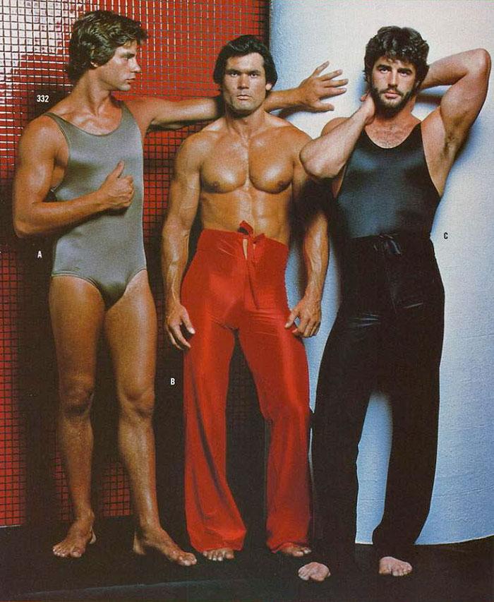 1. Майки-боди и расклешенные штаны в обтяжку.