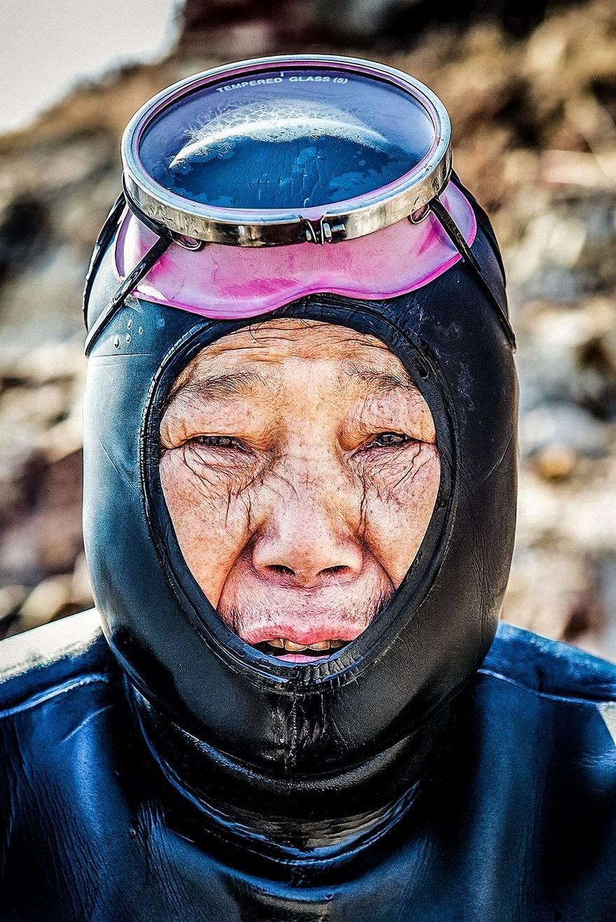 1. Этих южнокорейских ныряльщиц называют хэнё, что означает «женщины моря».