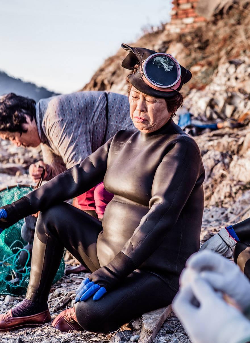7. «Эти женщины-ныряльщицы – корейское наследие, последнее в своем роде», - говорит фотограф Mijoo Kim.