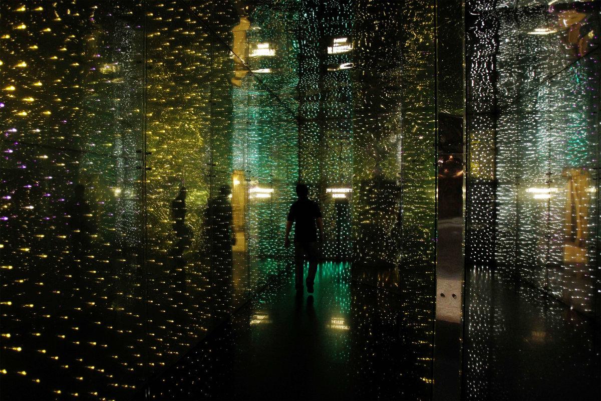 12. Стена украшенная светодиодными огням в одном из отелей Куала-Лумпур. Малайзия является одним из крупнейших экспортеров электроприборов и электронных компонентов.