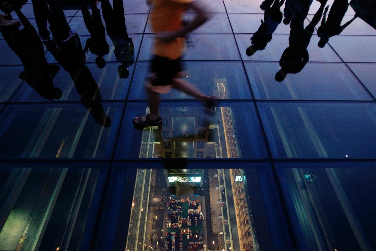 2. Стеклянный пол торгового центра в городе Петалинг-Джая, города-спутника малайской столицы Куала-Лумпур.