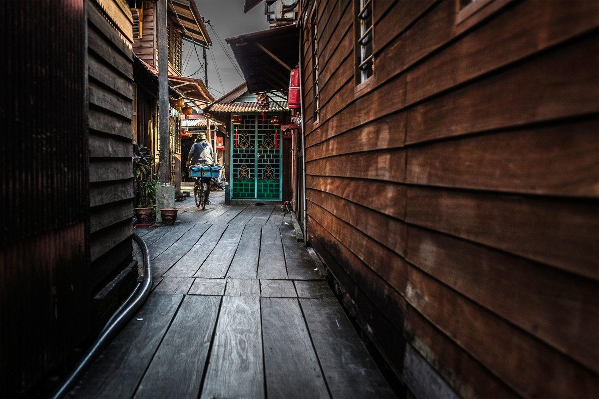 5. Узкая аллея с примыкающими деревянными домами в Chew Jetty на острове Пенанг.