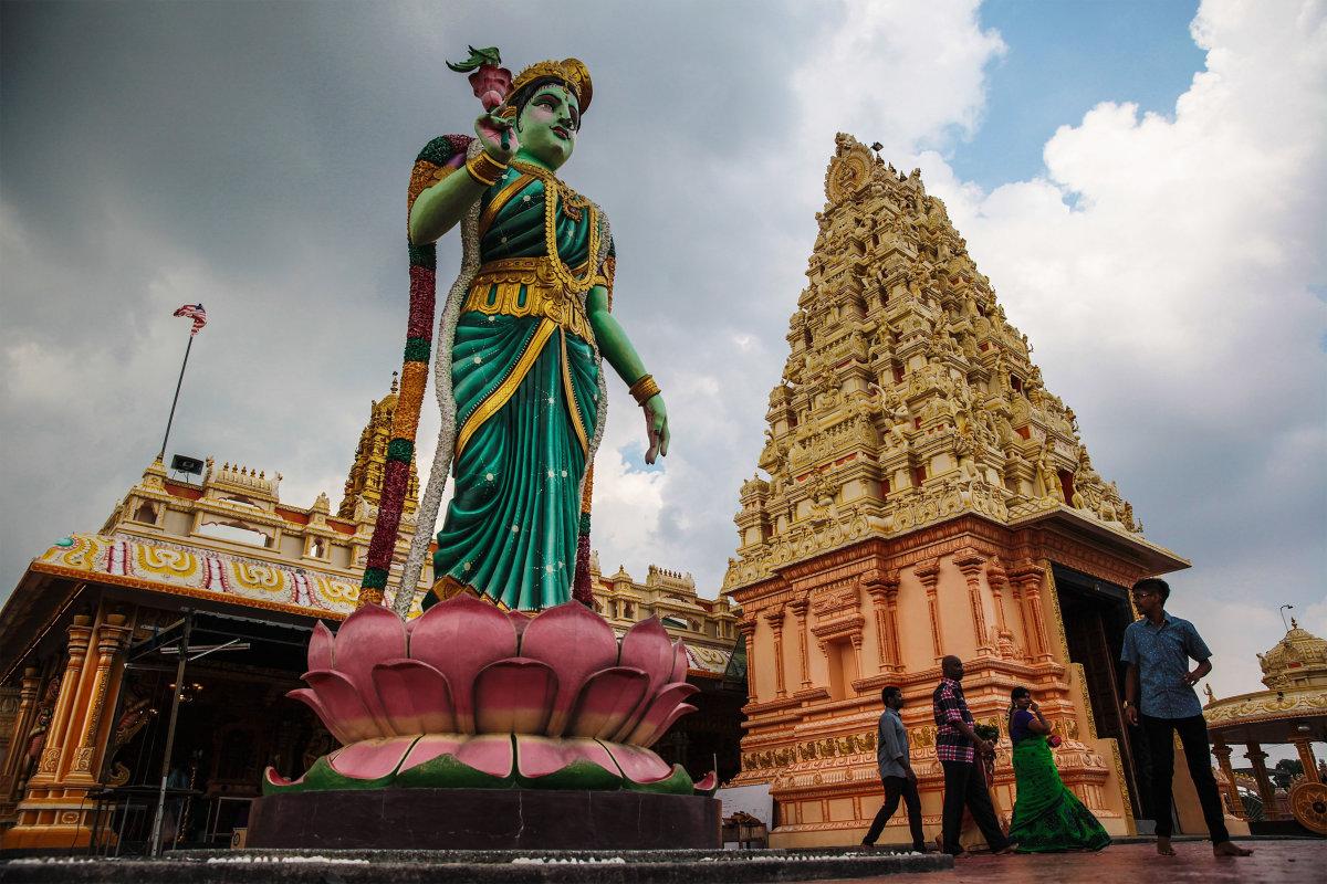 6. Индусские общины составляют примерно 8% населения Малайзии. Возле статуи они отмечают Дивали – индуистский фестиваль огней.