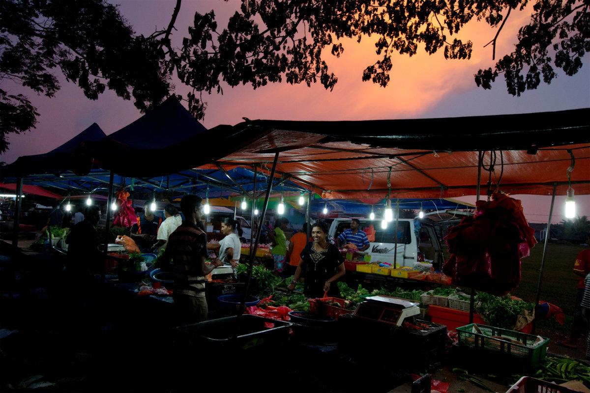 7. Жители покупают овощи на ночном рынке в Букит Ротань, небольшом городке в Малайзии.