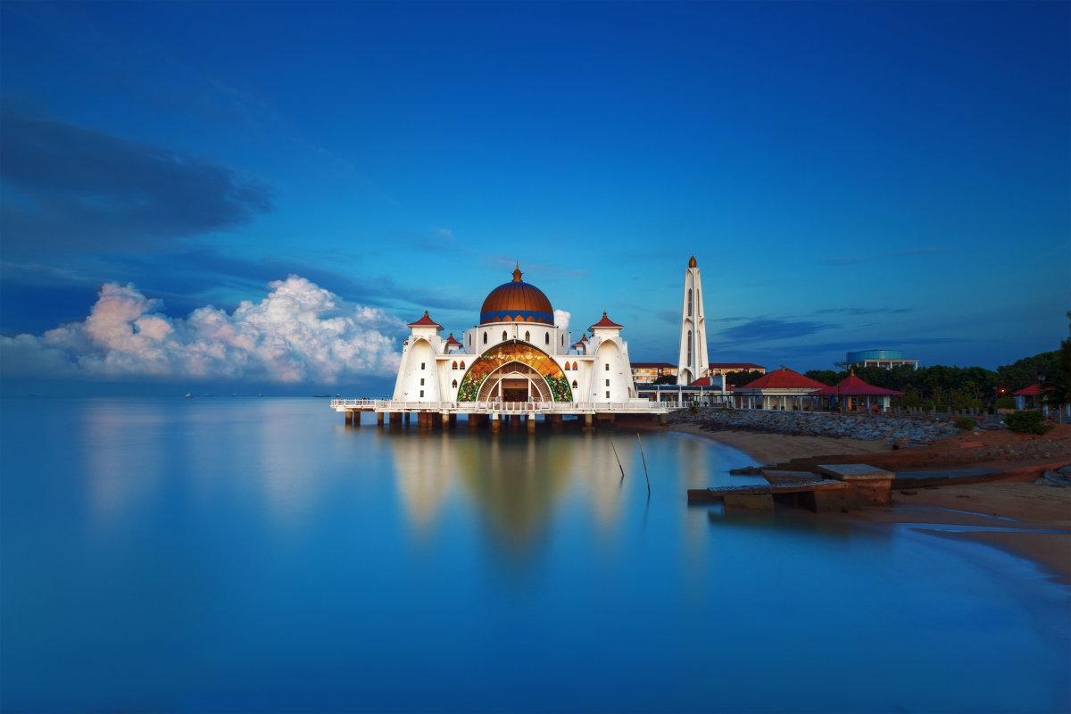 9. Мечеть проливов Малаккы также выполняет роль маяка в Малаккском проливе.