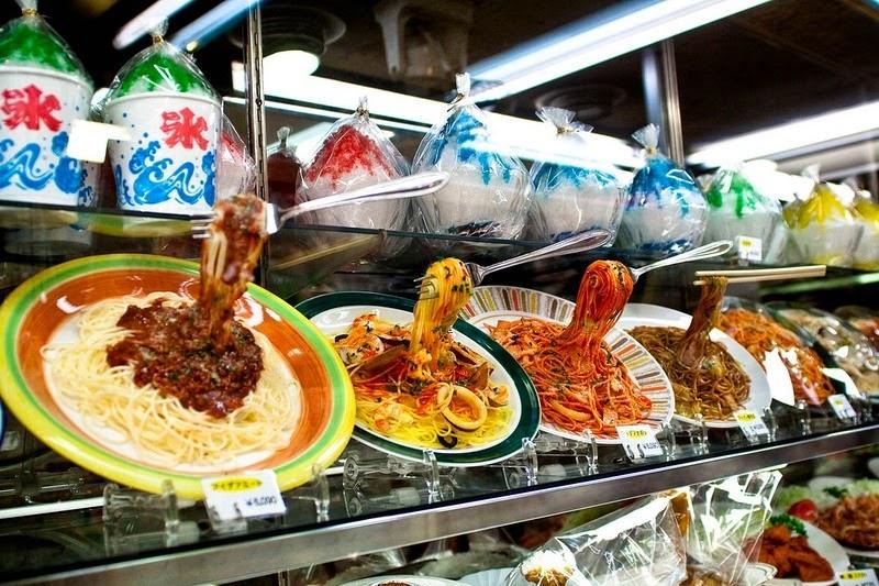 1. Муляжи еды называют sampuru и они начали появляться в Японии почти 100 лет назад, в 1917 году. В новом году как раз будет столетний юбилей.
