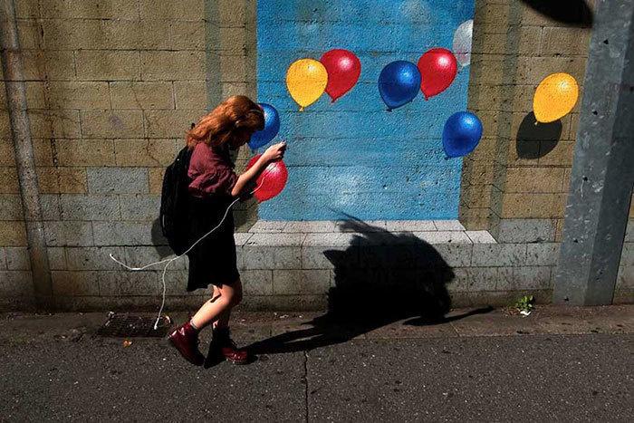 10. В руках девочки – наушники. Но выглядит так, будто она держит воздушный шар.