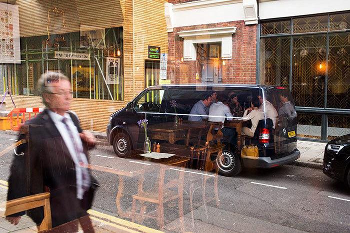16. Игра отражения. Кажется, будто люди сидят в прозрачном автобусе, или нарисованы на нем.