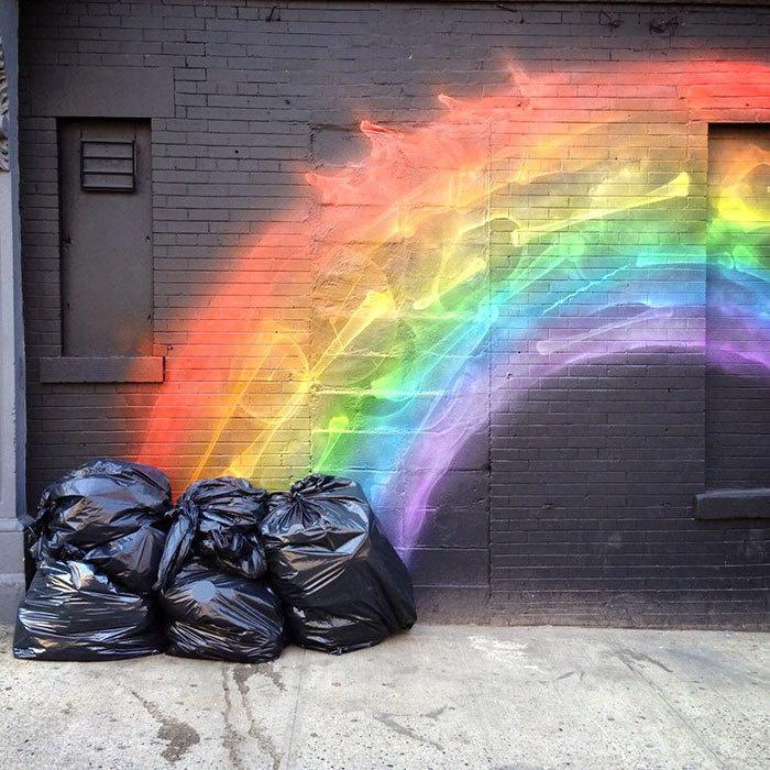 2. Радуга из мусорных мешков.