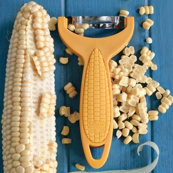 15. Овощечистка для кукурузы. Можно настругать в салат свежей кукурузы, а не покупать консервированную.