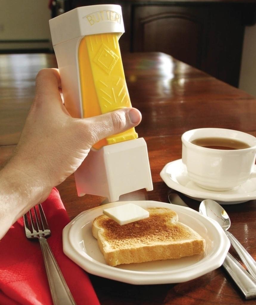 6. Резатель масла. Всего в одно нажатие вы получите ровный квадратик масла на ваш бутерброд.