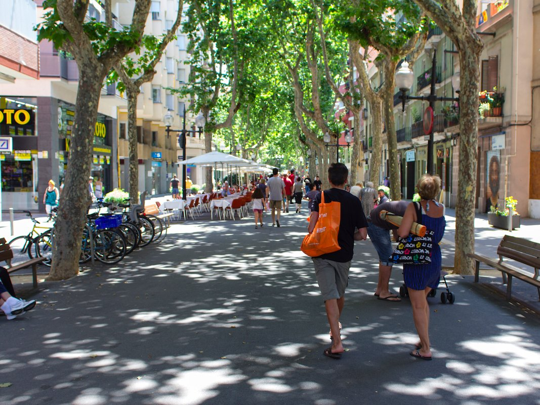 1. Барселона, Испания. Барселона является одним из самых густонаселенных городов Евросоюза. Город привлекает профессионалов и туристов со всего мира, но тем не менее стоимость проживания в Барселоне намного ниже, чем зарплаты жителей города. Именно поэтому многие живут в Испании на сторонние доходы, например узнав как зарегистрироваться на Форексе, люди начинают зарабатывать торговлей на бирже, чтобы иметь больше свободного времени.