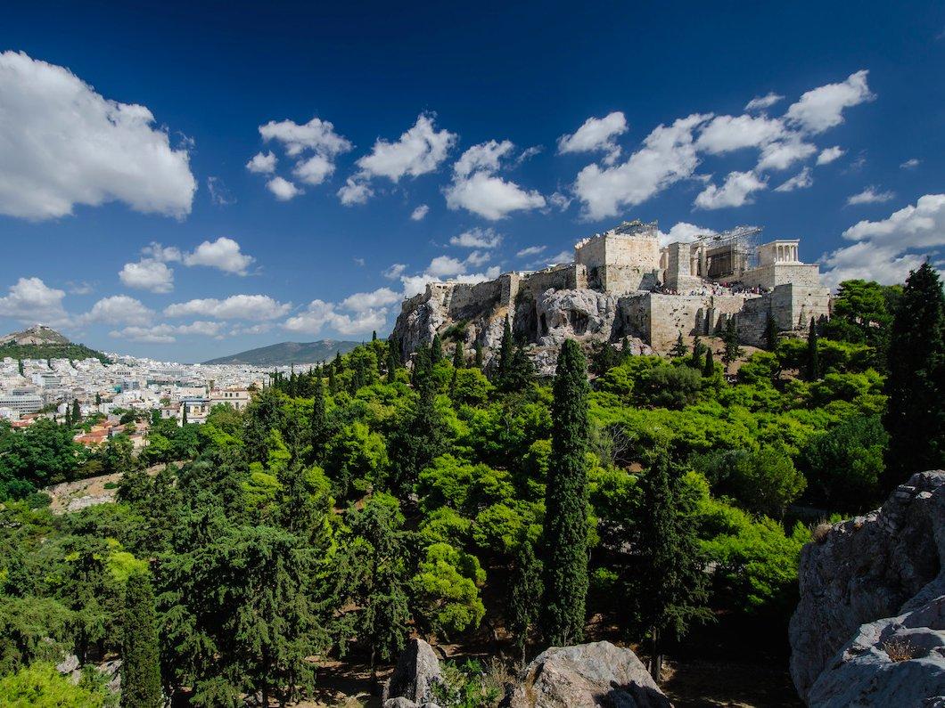 3. Афины, Греция. Несмотря на то, что город может потрясти массовой безработицей, кризисом и нашествием беженцев, но если все же повезет найти работу, то Афины являются очень дешевым местом для жизни.