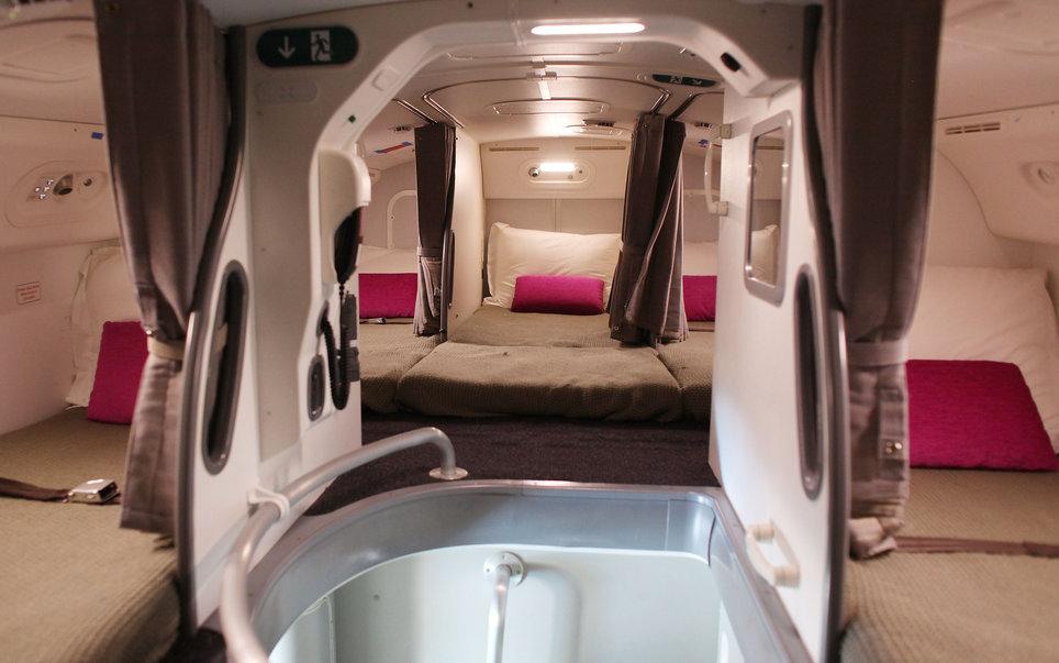 3. В большинстве авиалайнеров есть секретная комната для отдыха экипажа.