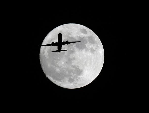 1. Самолет на фоне огромной луны. AP Photo/Nick Ut.