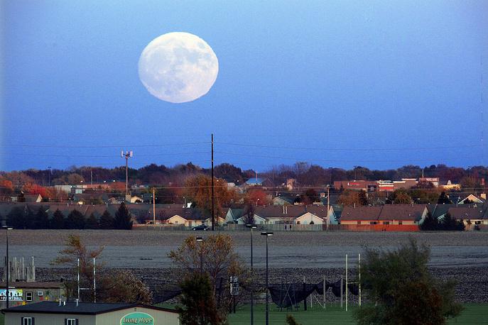10. Луна над Спрингфилдом, штат Иллинойс. AP Photo/Seth Perlman.