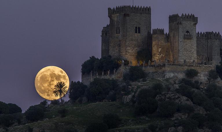 2. Луна поднимается за замком Альмодовар в Кордове, на юге Испании. AP Photo / Miguel Morenatti.