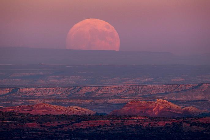 3. Полная луна поднимается над Долиной Богов, штат Юта.
