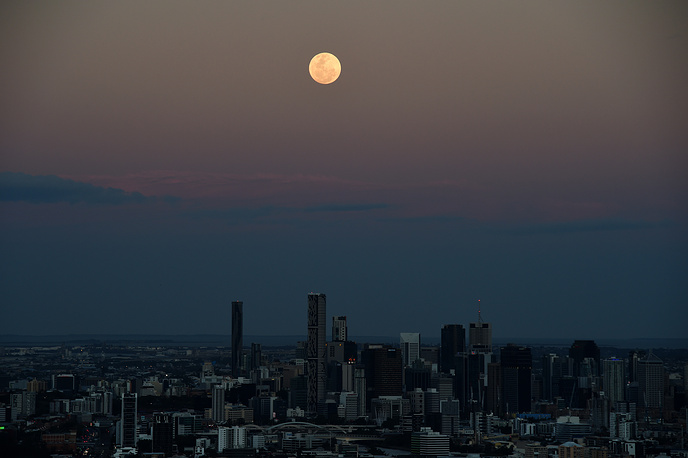 8. Суперлуние над над Брисбеном, Австралия. EPA/DAN PELED.