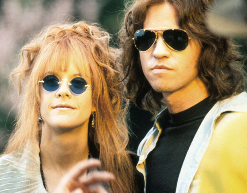 8. В фильме The Doors Вэл Килмер носит очки Ray-ban, которые появились в 80-е, а Джим Моррисон умер в 1971 году.