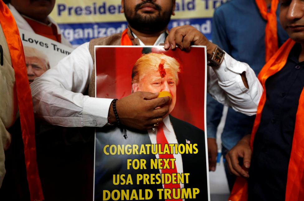 6. Член индуистской Сена держит плакат Дональда Трампа символически праздную его победу на предстоящих выборах в США. Нью-Дели, Индия. Фото REUTERS / Adnan Abidi.