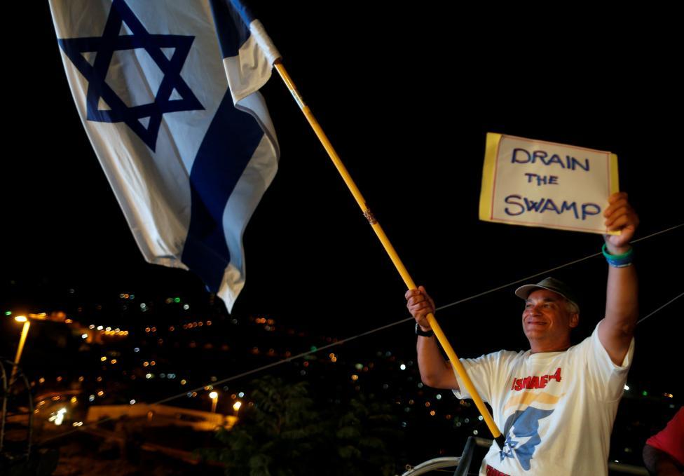 9. Сторонник трампа с флагом Израиля во время конференции в израильском отделении партии республиканцев США в Иерусалиме. Фото REUTERS / Аммар Авад.