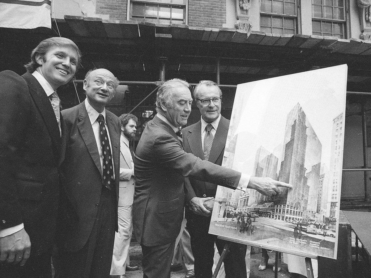 2. Губернатор Хью Кэри и Дональд Трамп обсуждают художественную концепцию будущего отеля Гранд-Хайатт, который будет построен на месте обанкротившегося отеля Коммодор.