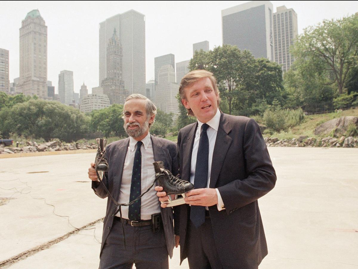 3. Дональд Трамп и комиссар Генри Стерн держат коньки на месте будущего закрытого катка.