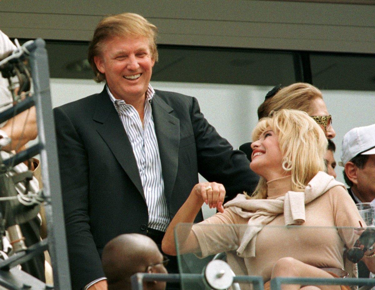 6. Дональд Трамп обожает теннис и даже сыграл вместе с легендарной Сереной Уильямс. На фото Трамп со своей бывшей женой Иваной Трамп.