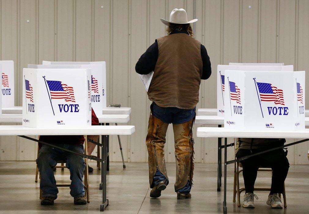 15. Коттонвуд Фолс, штат Канзас. Избиратель собирается отдать свой голос.