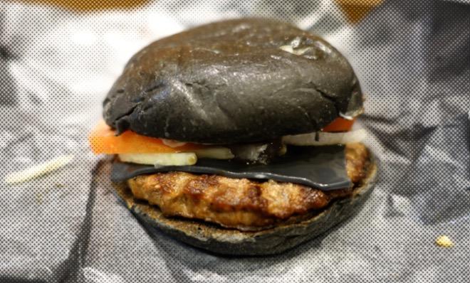 13. Япония. Кальмарбургер с чернилами каракатицы в Burger King.