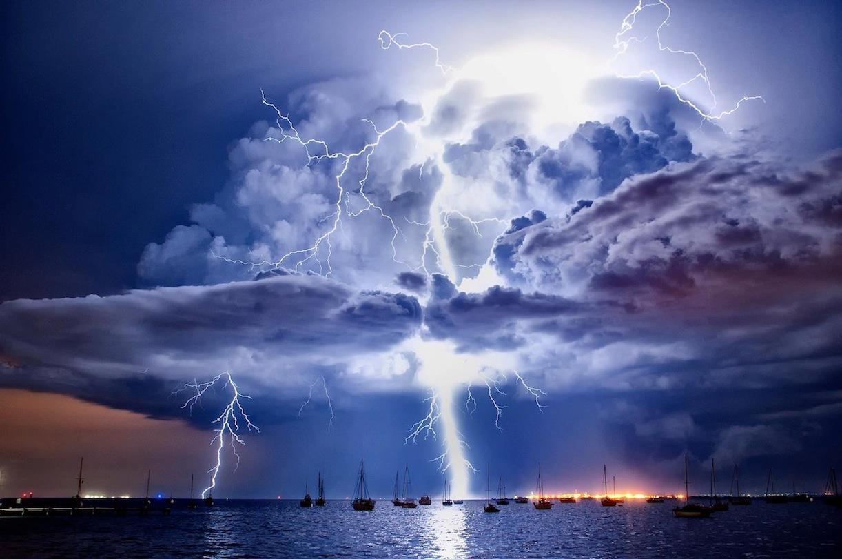 15. Молнии Катумбо. Молнии на высоте около пяти километров появляются над озером Маракайбо (Венесуэла) до 200 дней в году.