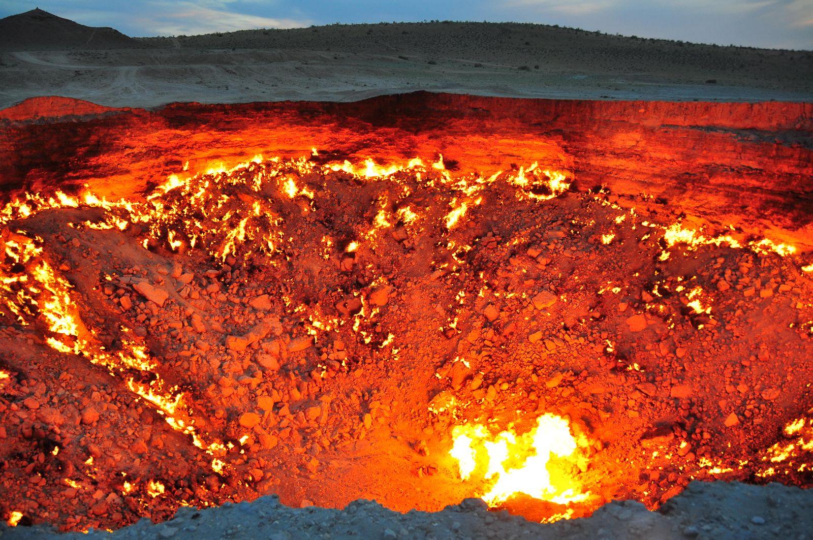 16. Врата ада в Туркменистане. Пожар на газовой шахте, который возник в 1971 году и продолжается до сих пор.