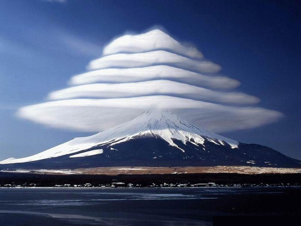 17. Лентикулярные облака. Этот редкий вид облаков образуется между двумя слоями воздуха или же на гребнях воздушных волн.