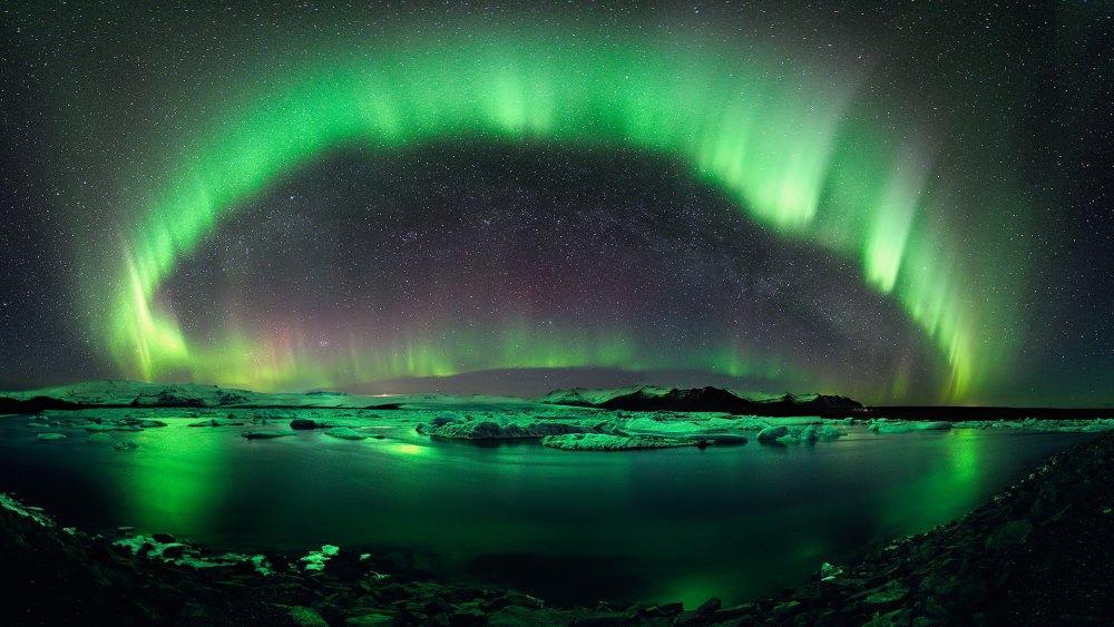 3. Полярное сияние. Свечение верхних слоев атмосферы, вследствие взаимодействия с заряженными частицами солнечного ветра.