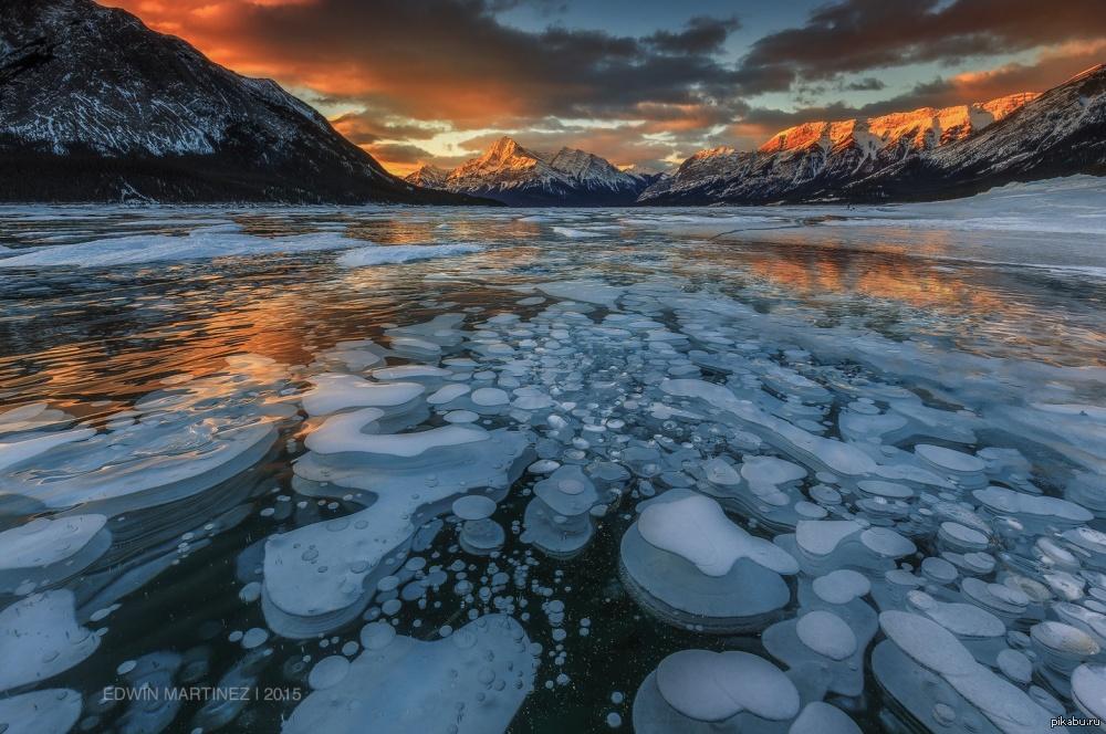 4. Пузыри в ледяной ловушке. Замерзшие пузыри метана подо льдом озера Абрахам в Канаде.