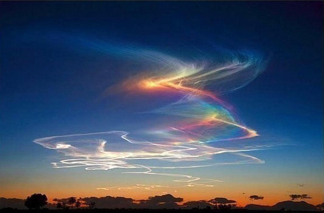 5. Огненная радуга. Такая необычная радуга появляется при прохождении солнечных лучей через высоко находящиеся облака.
